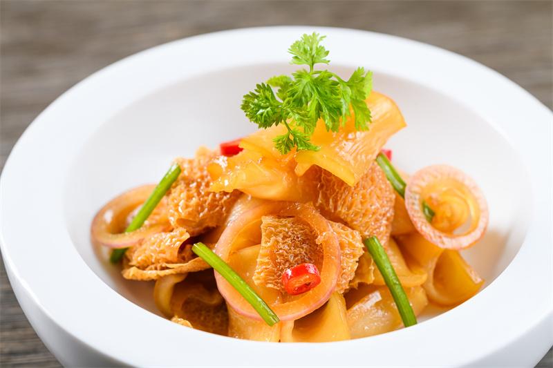 红葱油竹毛肚花胶Marinated fish maw, mushroom, shallot oil